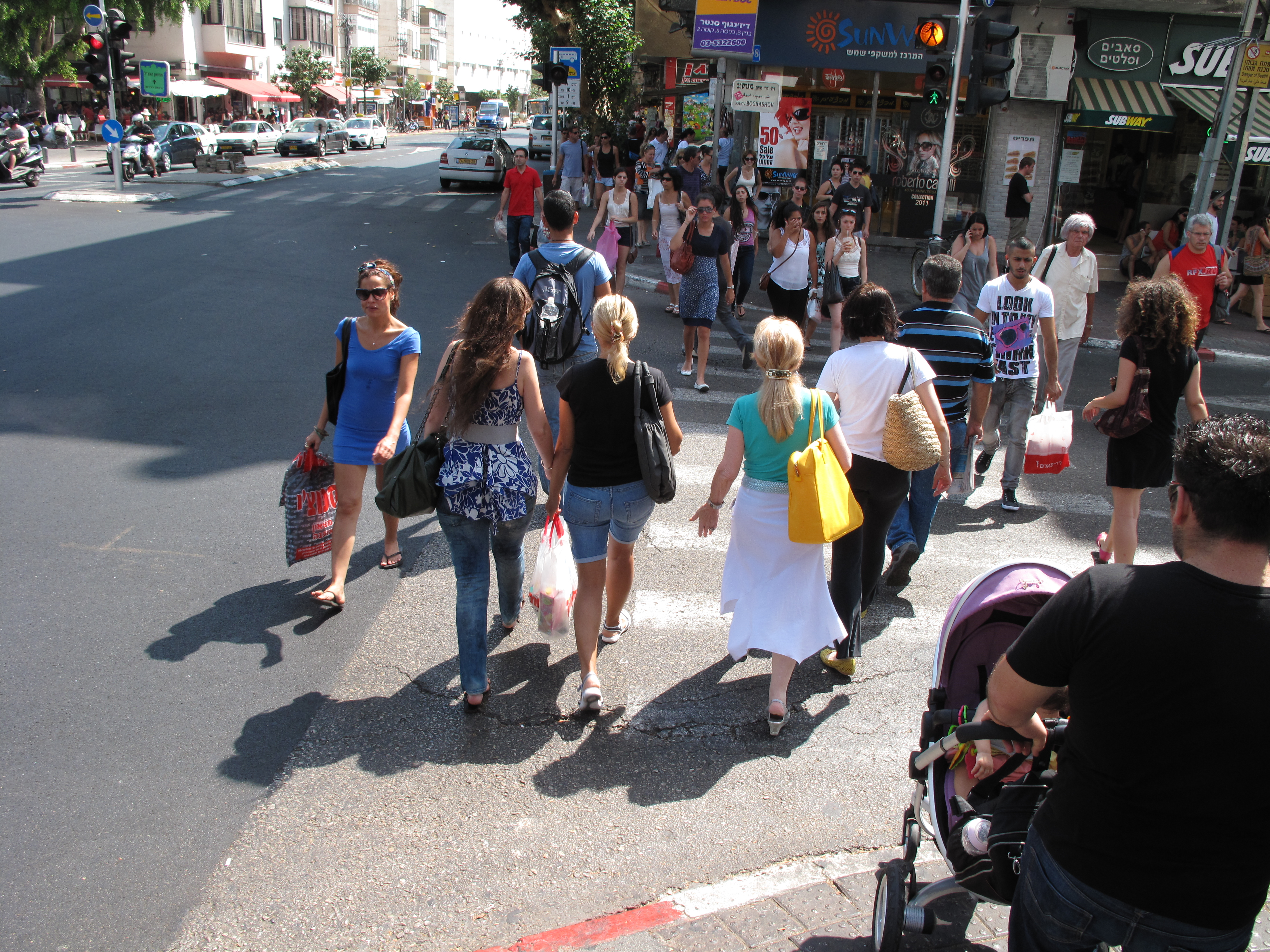 Tel_Aviv,_walking_people